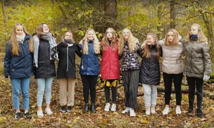 KÄSIKÄES / Räpina muusikakooli tütarlaste ansambli poolt